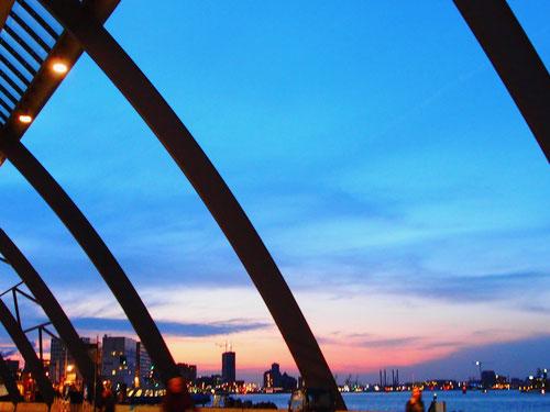 stimmungsvoll senkt sich die Nacht über den weiträumigen Innen-Hafen