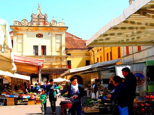 der Marktplatz - Warenbühne und Komunikations-Zentrum in einem