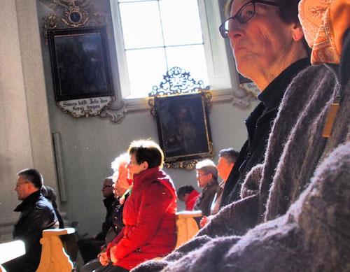 andächtig folgten die Besucher der Predigt