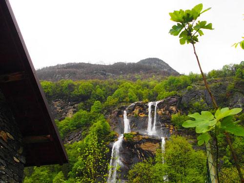 Unzählige Wasser-Kaskaden beleben die Natur-Bühne des Bergell
