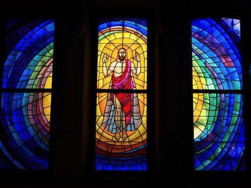 eindrucksvolles Glasfenster von der Auferstehung Christi