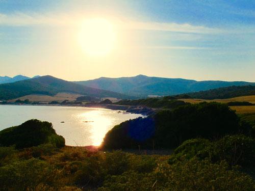die Bucht von Santa Maria im abendlichen Gegenlicht