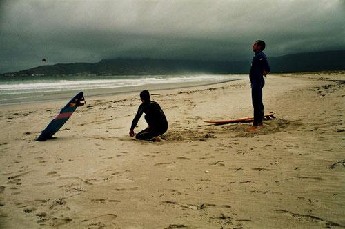 zwei Sky-Surfer zelebrierten am nächsten Morgen dort ihr Können