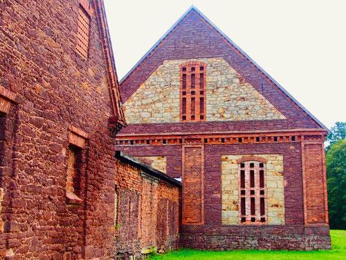 eine museale Fassaden-Struktur aus bunten Natur-Steinen