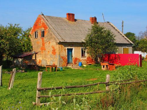 die abgelegenen Häuser einfach und unaufgeräumt