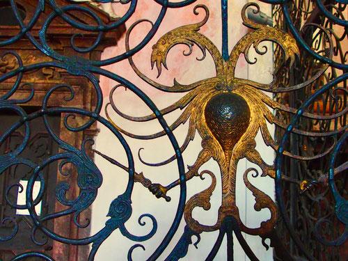 das fein geschmiedete Kirchen-Eingangsportal