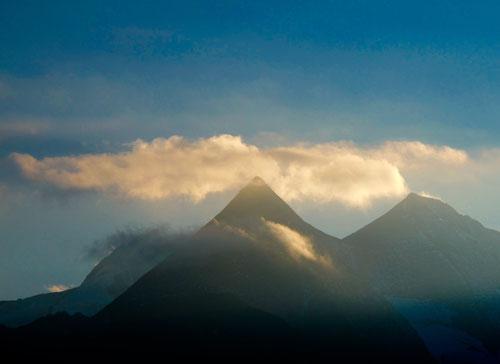 von Wolken umrahmt, die Gipfel-Pyramide des Grossglockners