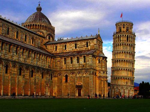 der Dom flankiert vom Torre pendente (schiefe Turm)
