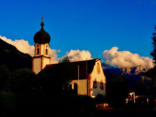 die Kirche von Krün, dahinter das Karwendel-Massiv