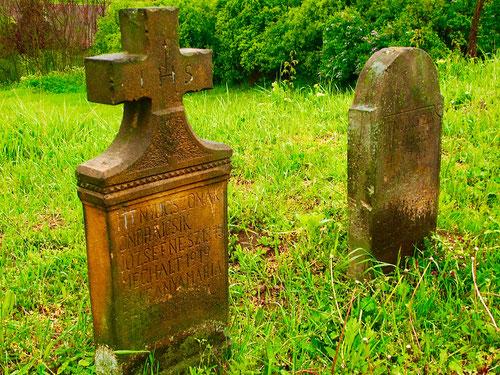 über hundert Grabsteine reihten sich der Friedhofs-Berg hinauf