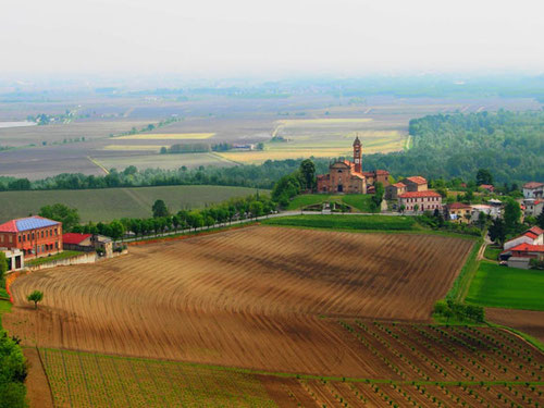 beeindruckend die Kirche am Ende des Weinberges