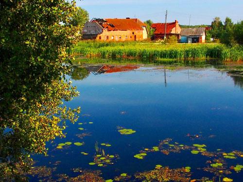 idyllisches Dorf am Kanal