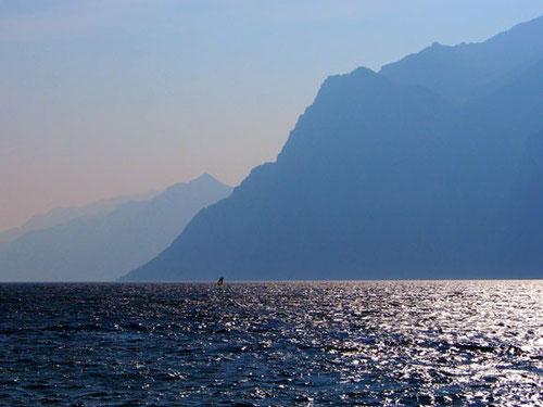 majestätisch der windige Gardasee - gesäumt von steil aufregenden Bergen
