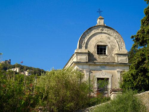stilvolle Friedhofs-Kapelle in Rogliano