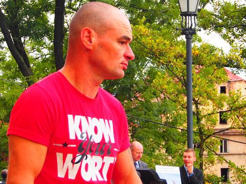 Mann mit rotem T-Shirt
