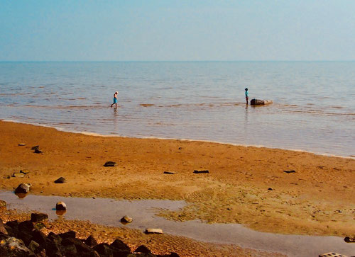 Ebbe hatte den lachen Sand-Strand freigelegt