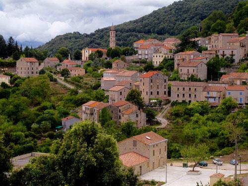 Blick auf das idyllische Bergdorf Levie