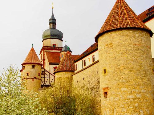 ein wildes Turm-Ensemble umgibt die weitläufige Festung