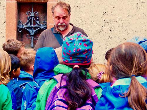 gespannt und ergriffen hörten sich die Schüler diese grauslige Geschichte an