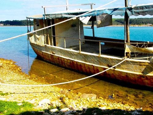 früher ein Ausflugs-Schiff, heute ein Lastkahn für gelegentliche Verwendung