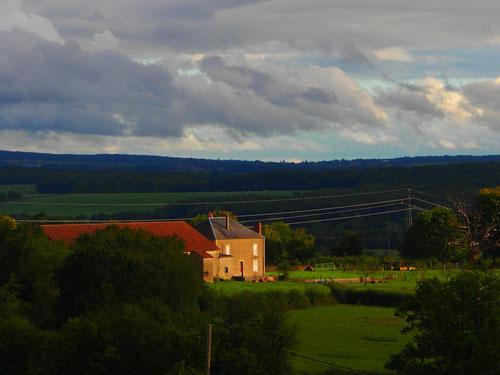 stimmige Bauerhöfe in urbaner Umgebung
