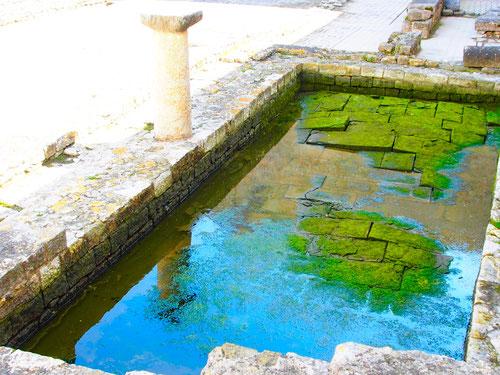 ein antikes Wasser-Bassin inmitten der weitläufigen Palast-Anlage