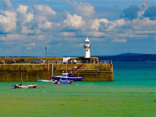 die Hafenmole mit dem weissen Leuchtturm