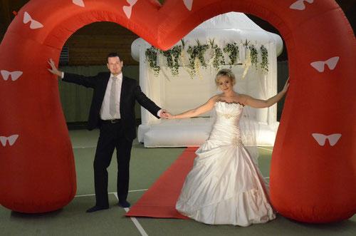 Heiratshüpfburg Hochzeitsspringburg Herz aufblasbar Heiratshüpfburg Kiel Luftschlauch Herz