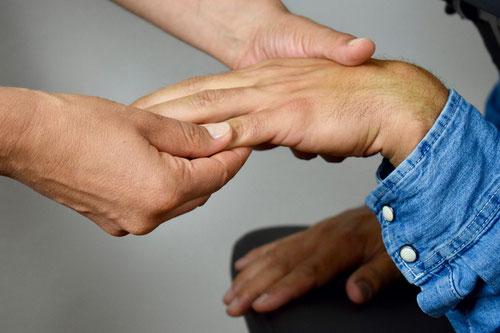 Massage des doigts et de la main - massage en entreprise - bien-être détente