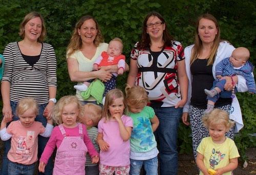 Die Leiterinnen des Archetreffs sind Daniela Zimmermann, Jenny Rentz, Christina Lämmle und Regina Doner mit Kindern
