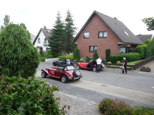 ca. 9:45 Uhr....pünktliches Eintreffen der teilnehmenden Pantherfahrer bei Beverley & Achim in Rheinbach!Günter unser Pantherguru muss mal wieder ran......kostenloser Servicean Alfreds geputzten Kallista!