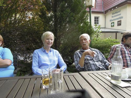 Unser Charmeur aus Luxembourg erzählt Birgit einen Schwank aus seinem Leben.