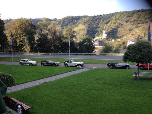 Diesmal um umgekehrter Reihenfolge: Tolle Panther(BMW) grünes Gras , schöner Weinberg und die Mosel!
