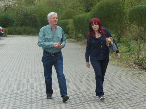 Gudrun & Willi im Gleichschritt mit Wachhund!