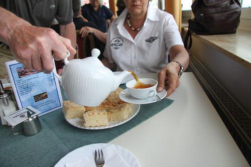 Hermann zeigt, wie es geht! Zuerst Kluntjes--dann Tee und dann erst Sahne!