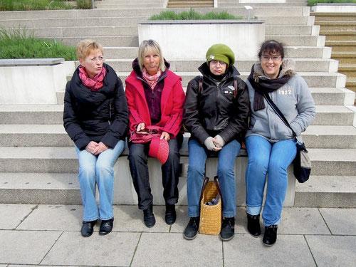 Vier unserer Mädels! Es weht noch ein kalter Wind! Die Sonne wird langsam intensiver! Ulli mit Hut macht ein Nickerchen!