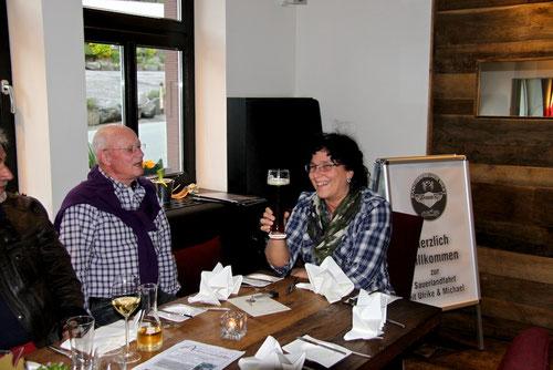 Steffi zeigt Hermann wie man ein Bier in einem Zug aus trinkt!?