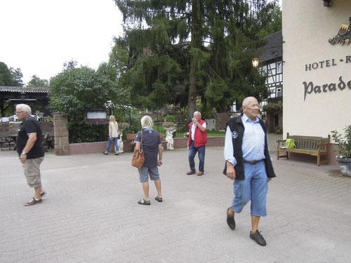 Ankunft im Hotel Paradeismühle! So sind die halt, die Panthersleut! Jeder kennt sofort den richtigen Weg in den Eingang!