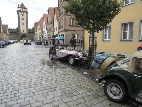 Na ja ! Halbes Halteverbot! Aber so schöne Autos dürfen dies!