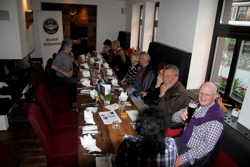 ...Hermann trinkt braunen Aquavit....kein Bier! Fam.Brüne..natürlich vor dem Essen noch mal rauchen!