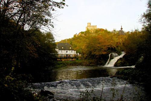 oben die Burg...rechts die Etz im Fall...links unsere Mühle!