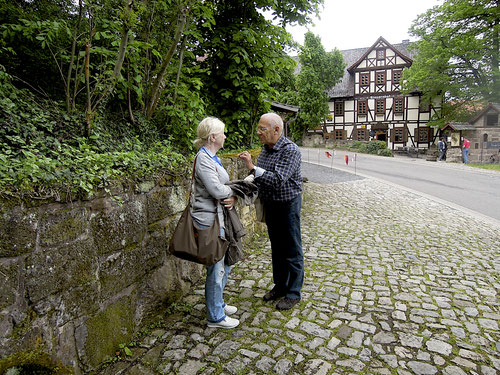 """Herr """"Oberlehrer """" Günter erklärt Birgit die Geschichte um den Klausenhof !  Bitte aufpassen!"""