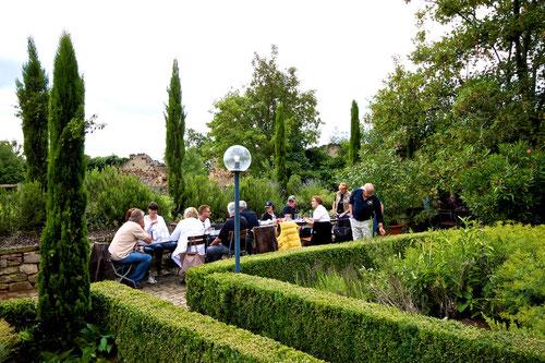 Unsere Tafel! Mitten im Kräutergarten!