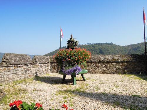 Die pressen sogar Blumen und auch machen daraus ein edeles Tröpfchen! Weinpresse an Ausgang der Burg!