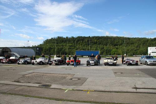 schöne Fahrzeuge auf nicht gerade schönem Parkplatz!