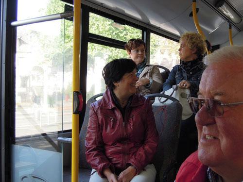 """Die zwei hinter der Türsitzerin Barbara :Waren die Pantheristen breits auf einer Weinprobe? Furchtbar diese gute Laune bei """"DENEN""""!"""