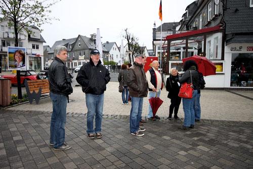 skeptischer Blick von Arno(ganz links) Steffi ganz rechts hat sich eine neue rote Tasche gekauft! Michael...zweiter von links.......hatte Ulrike doch Ihre Geldbörse mit?