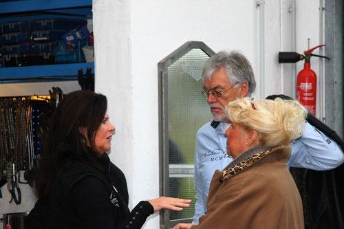 Dann ging  so schnell, dass ich nicht alle ankommenden  Gäste knipsen konnte! Hier kommen gerade Henny & Maarten!