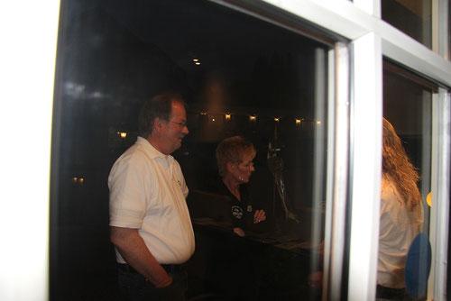 Ulrike & Michael ,da sind sie, die Raucher vor der Hütte!  Noch vor dem Essen!