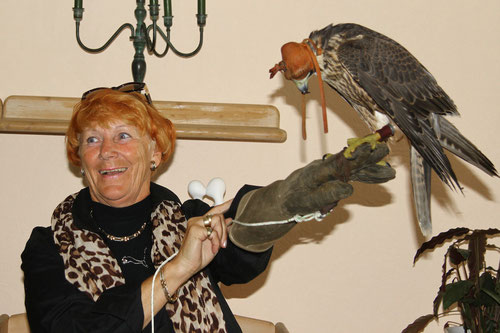 Marion freut sich...endlich hat Sie auch mal einen Vogel!